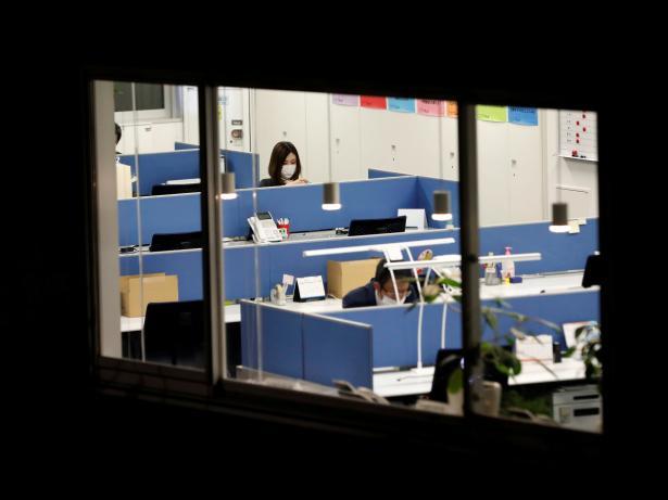 El covid persistente plantea una sutil crisis en el lugar de trabajo, ya que los afectados dicen que trabajan más horas y se sienten más estresados