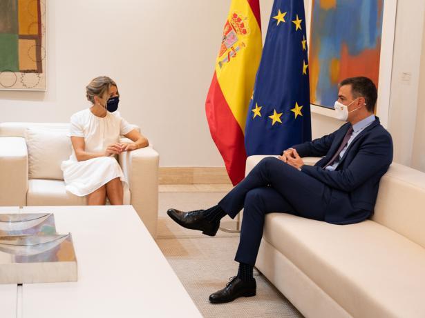 La vicepresidenta y ministra de Trabajo, Yolanda Díaz, y el presidente del Gobierno, Pedro Sánchez, antes del Consejo de Ministros que ha aprobado los Presupuestos para 2022