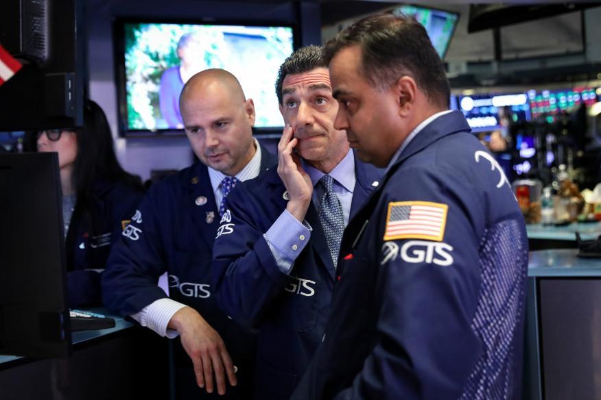 Trader atentos a las pantallas en Wall Street
