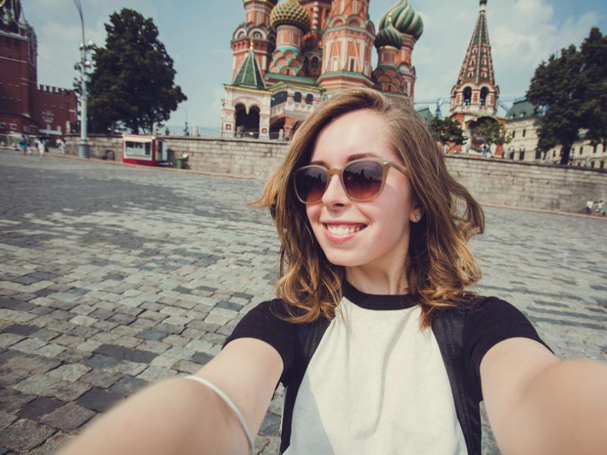 Chica de hace un selfie en la Plaza Roja de Moscú