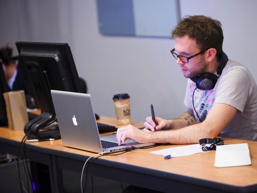 Un desarrollador de software trabaja en un MacBook