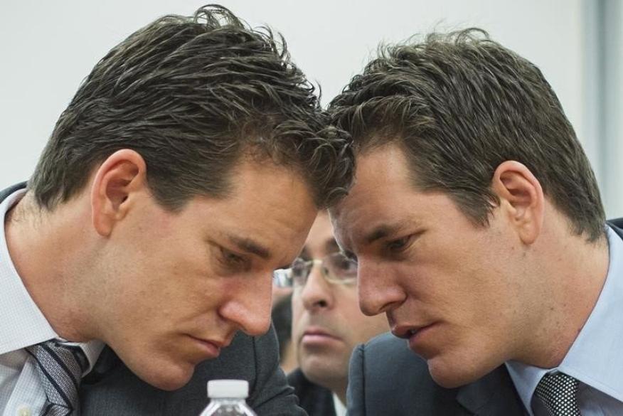 Los hermanos Cameron y Tyler Winklevoss hablan entre ellos durante una sesión sobre monedas virtuales en el Departamento de Servicios Financieros de Nueva York (EE. UU.)