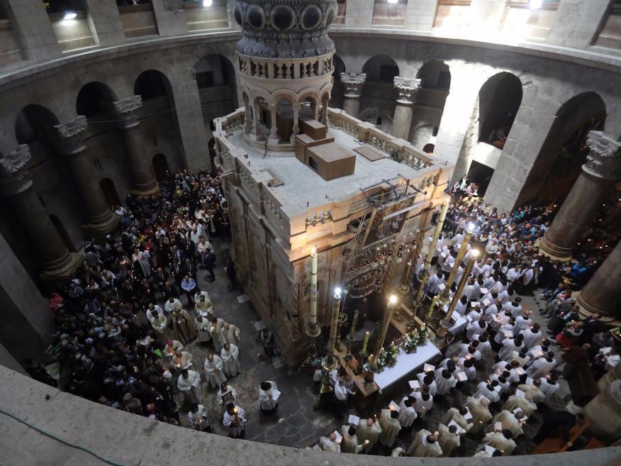 Fieles alrededor del Edículo en la procesión de Pascua del Santo Sepulcro, Jerusalén.