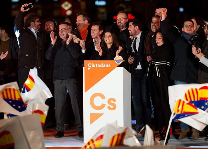 Inés Arrimadas, en el centro, en el acto de celebración de los resultados electorales del 21D, en Barcelona.