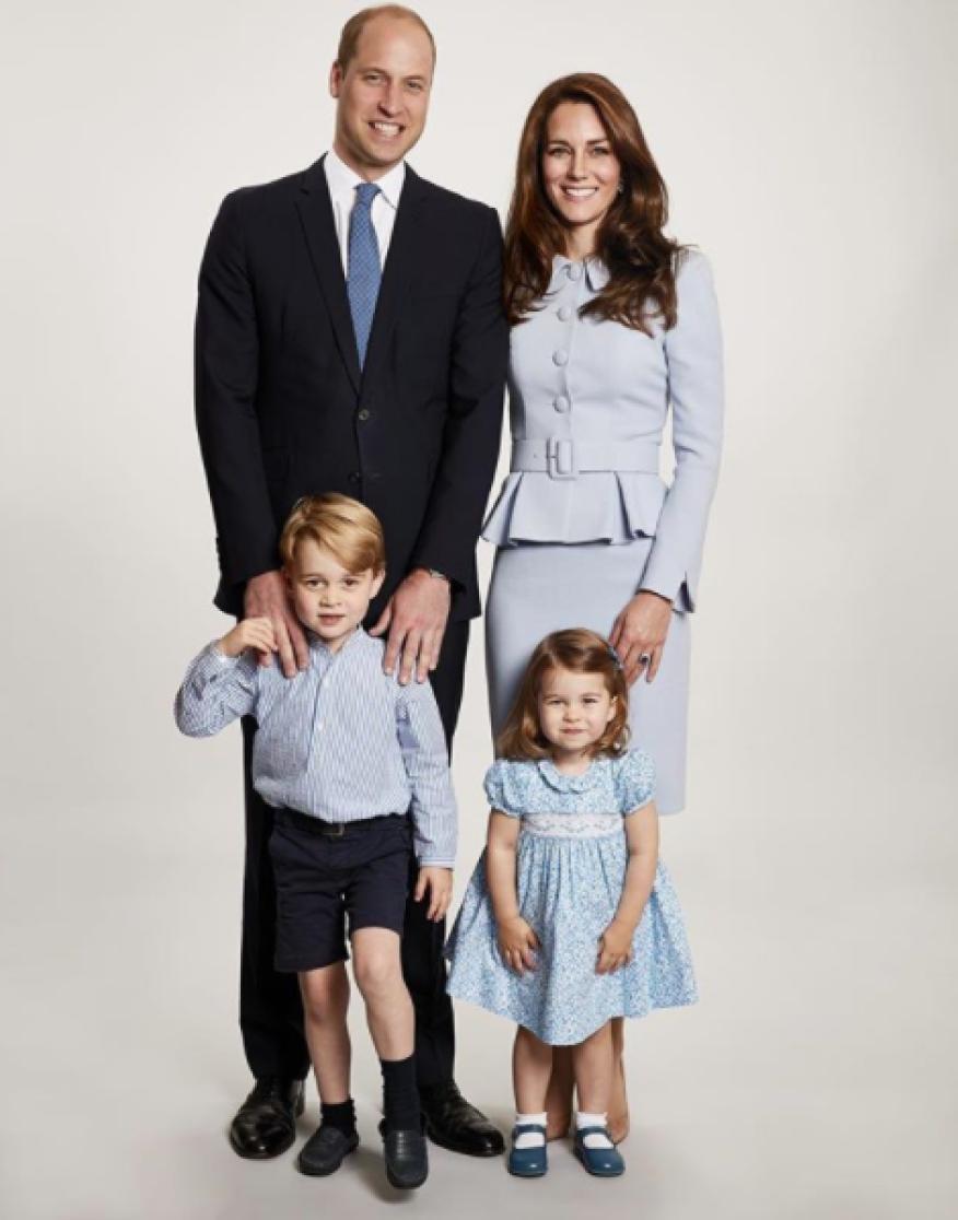 Guillermo y Kate de Cambridge con sus hijos, Jorge y Carlota, en una foto oficial.
