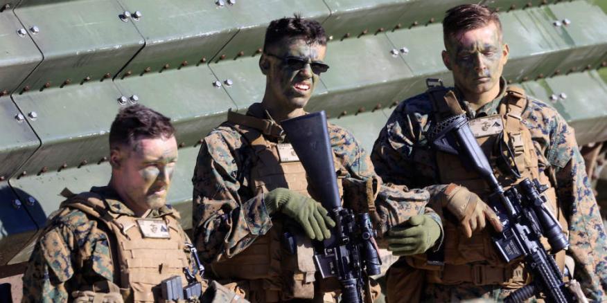 Tres marines estadounidenses descansan durante unas maniobras internacionales con la OTAN cerca de Ventspils (Letonia) el 6 de junio de 2017.