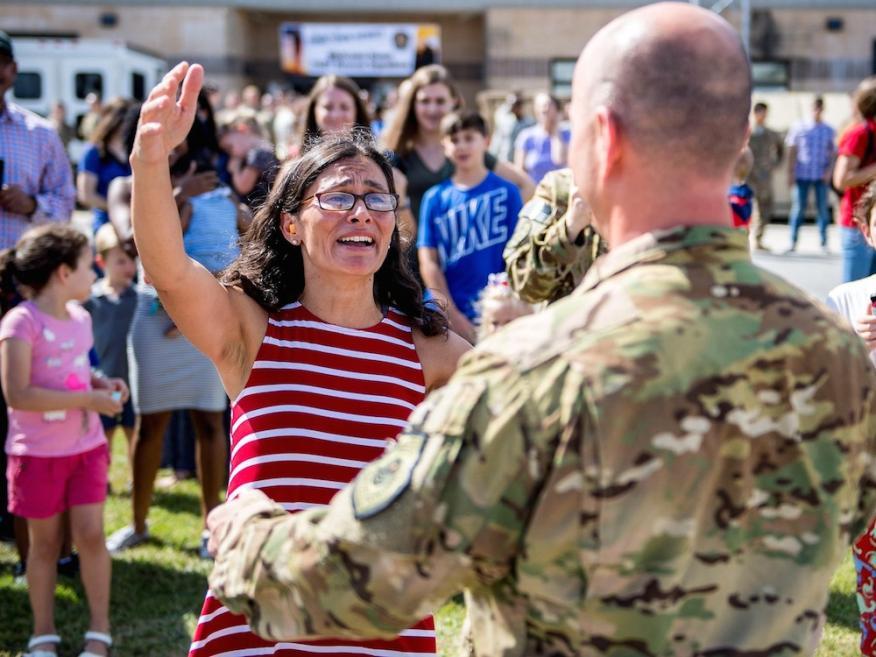 Claudia recibe a su marido, el teniente coronel Gary Simon, a su retorno a casa