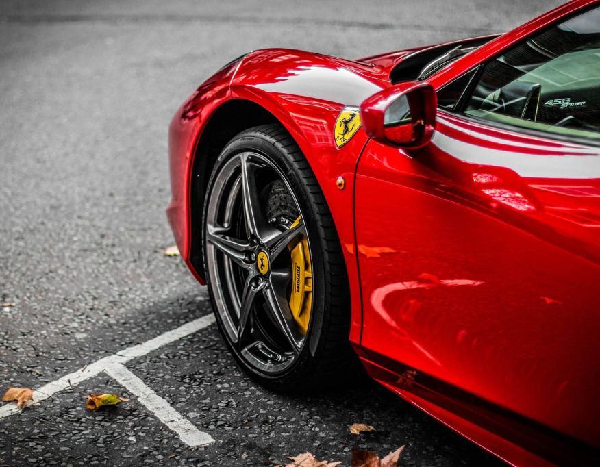 Rueda y logo de Ferrari