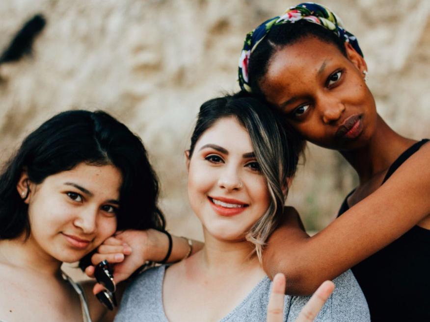 Tres amigas posan ante la cámara