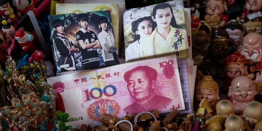 Billetes chinos falsos en un mercado de Pekín (China).