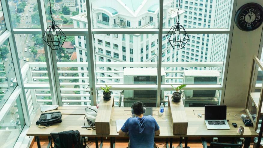 Un joven en un espacio de coworking.