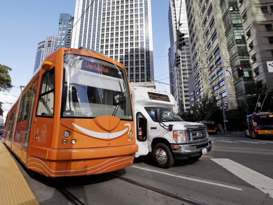 Un tranvía con publicidad de Amazon en una ciudad de Estados Unidos.