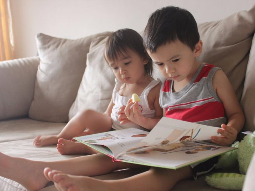 Dos niños leen