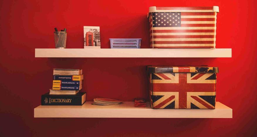 Escritorio de habitación con libros y accesorios de inglés