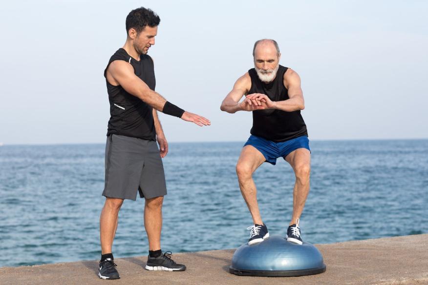 Hombre de mediana edad entrenando