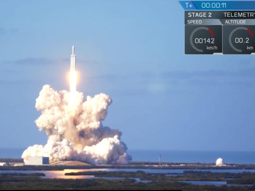 Un momento del lanzamiento del cohete Falcon Heavy en Cabo Cañaveral (Florida, EE. UU.).