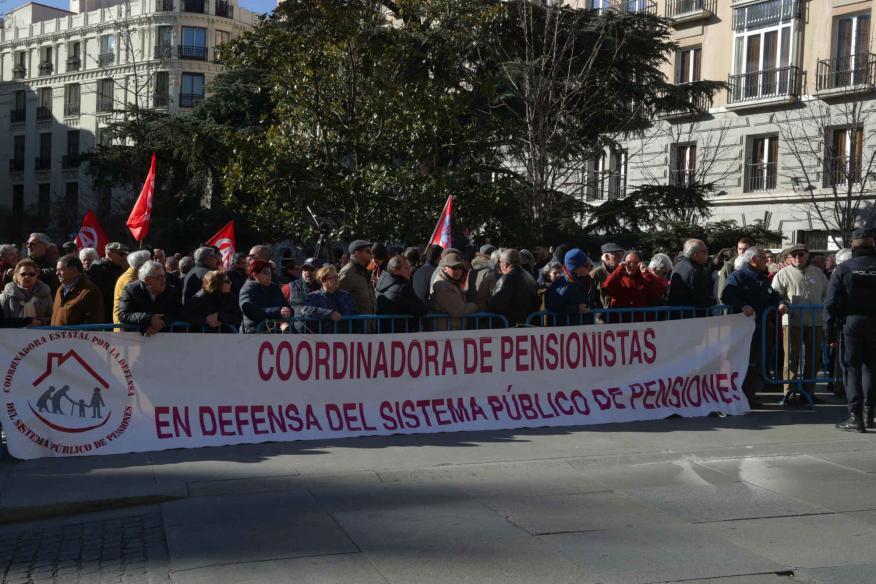 Miles de jubilados, que secundan una concentración en defensa del sistema público de pensiones, han cortado hoy la Carrera de San Jerónimo en Madrid