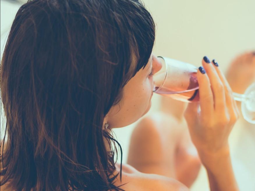 Con un sorbito de champán…