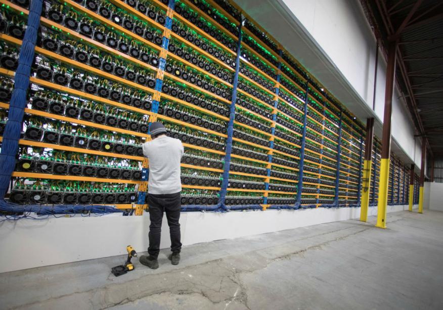 """Un trabajador comprueba los ventiladores de los """"mineros"""" en un centro de minado de criptomonedas de Bitfarms, en Farnham (Quebec, Canadá)."""