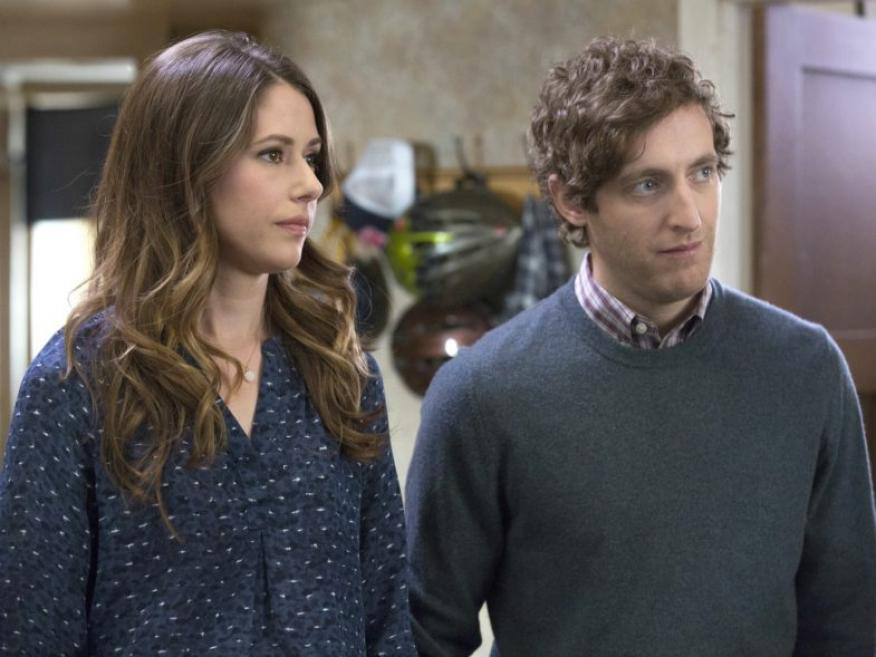 Los actores Amanda Crew y Thomas Middleditch, en la serie sobre 'Silicon Valley'.