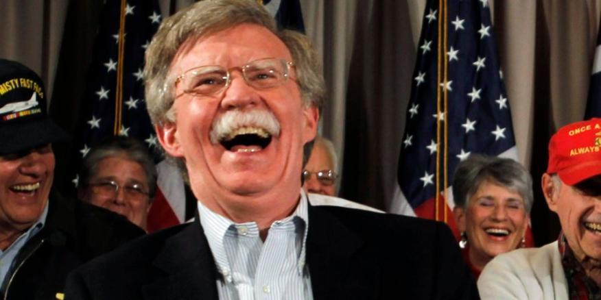 Ante las Naciones Unidas, John Bolton, se ríe con los veteranos de la marina en Hilton Head, Carolina del Sur, el 13 de enero de 2012.