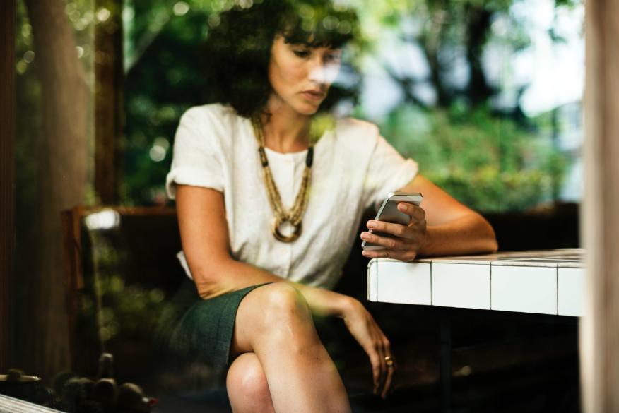 Una mujer utilizando su móvil.