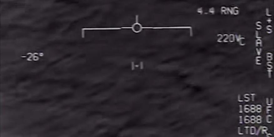 Captura de pantalla de un vídeo de la Stars Academy of Arts & Science que muestra un informe declasificado de un avión persiguiendo a un OVNI.