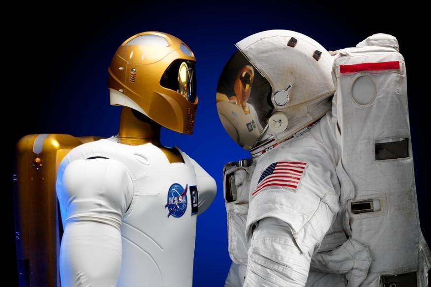 Un astronauta frente a un robot.