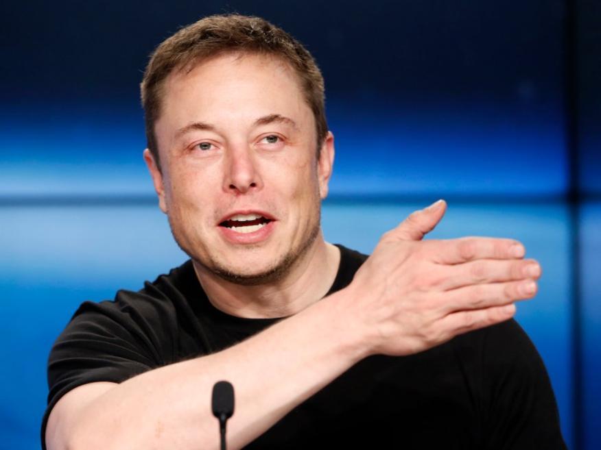Elon Musk quiere aumentar la eficiencia y calidad de la fuerza de trabajo de sus trabajadores de Tesla.