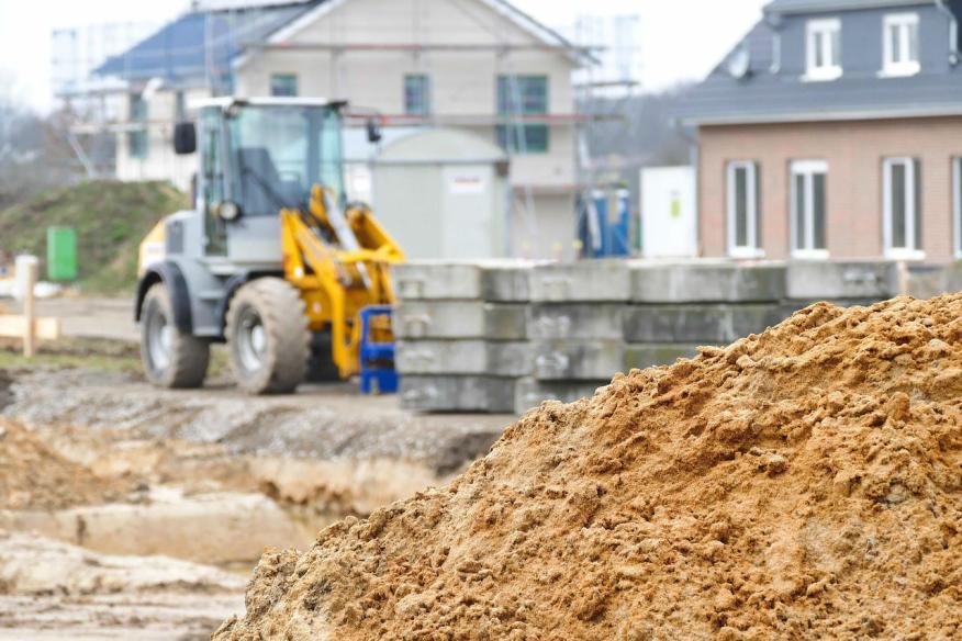 Una excavadora en una obra