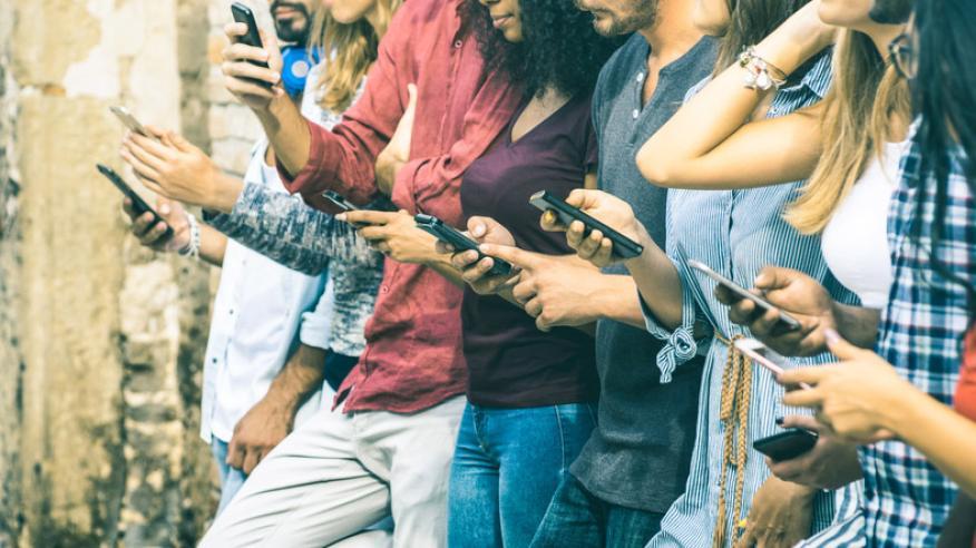 Grupo de jóvenes utilizando el móvil