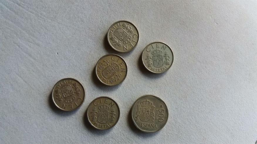 Varias monedas de 100 y 500 pesetas