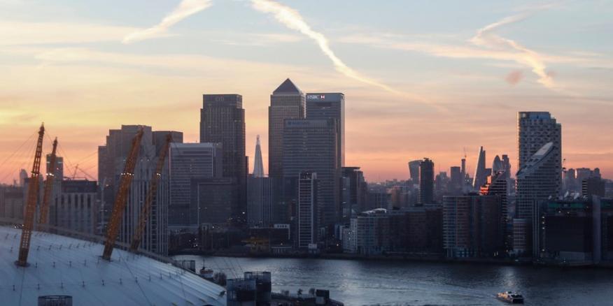 Canary Wharf se ve al atardecer en Londres, el 14 de diciembre de 2016.