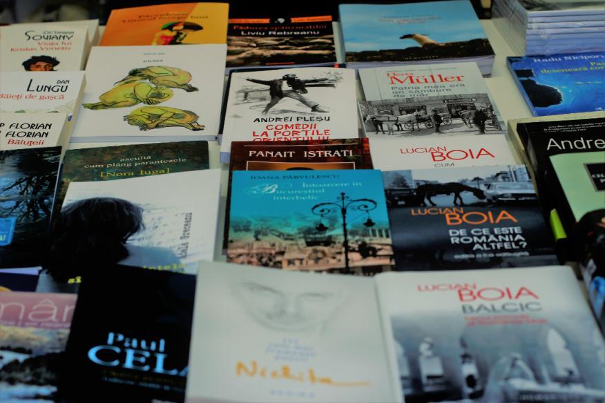 Una muestra de libros de escritores rumanos, el país invitado en la Feria del Libro de Madrid de este 2018.