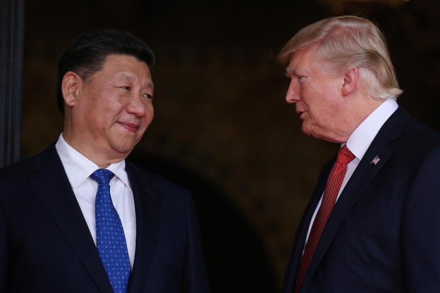 El presidente de EE.UU., Donald Trump, da la bienvenida al presidente chino Xi Jinping en Mar-a-Lago en Palm Beach, Florida.