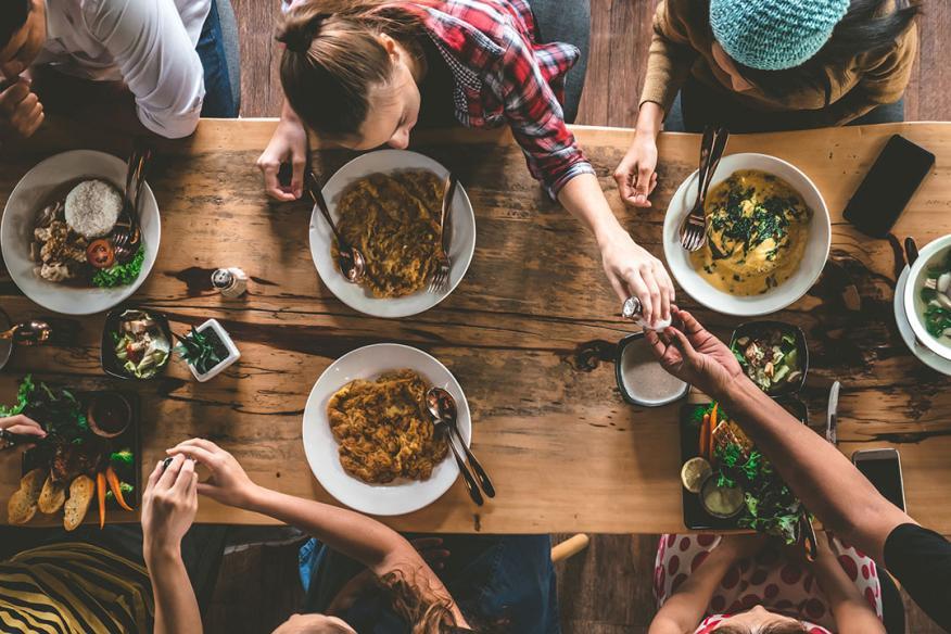 Mesa con mucha gente comiendo