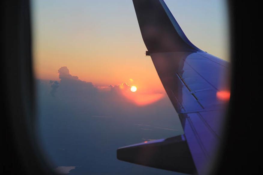 avión puesta de sol