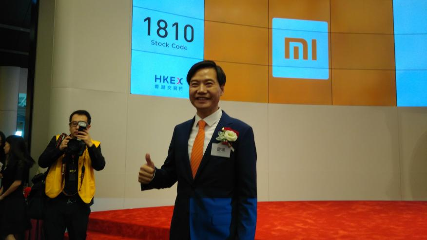 El CEO de Xiaomi, Lei Jun, tras el toque de campana de Xiaomi en Hong Kong.