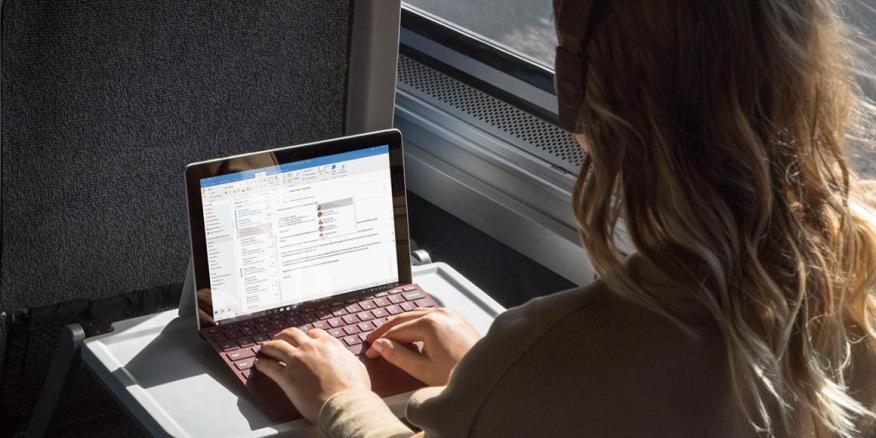 Microsoft Surface Go es una computadora portátil con Windows 10 pequeña y asequible. Tiene un precio de 399 dólares. Combinado con un teclado de 99 dólares.