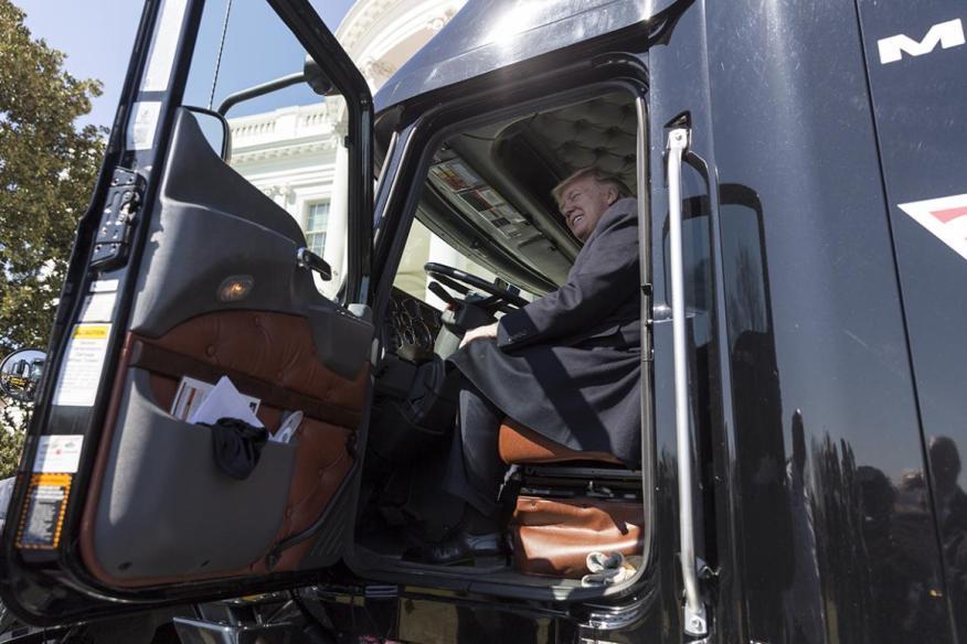 El Presidente Donald Trump sentado en un camión.