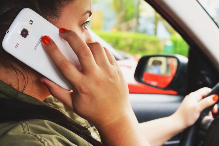 Conductor hablando por el móvil en el coche