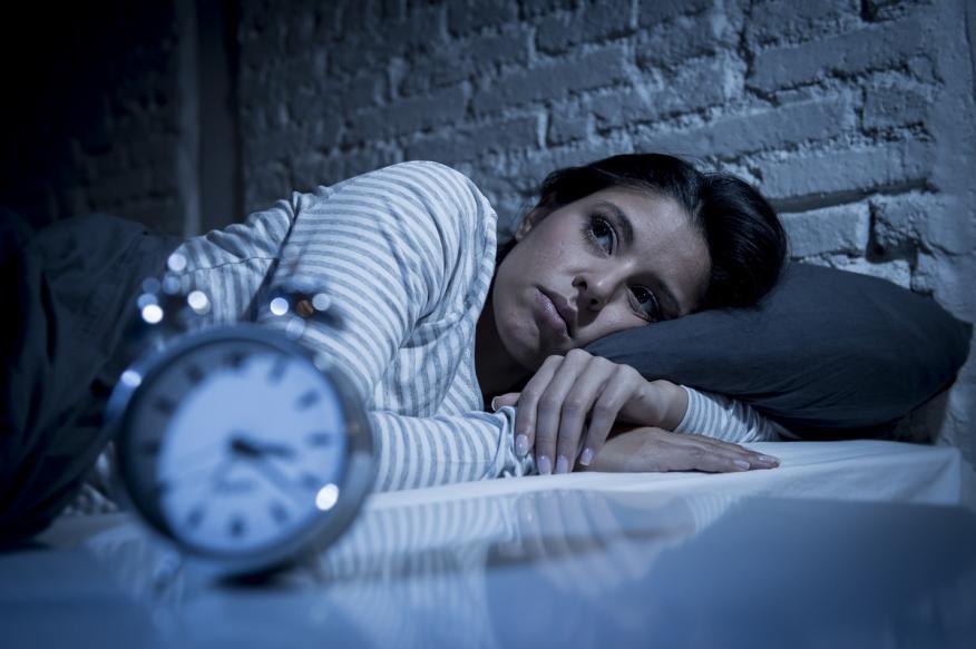 Dormir poco te vuelve antisocial y te hace ser más solitario