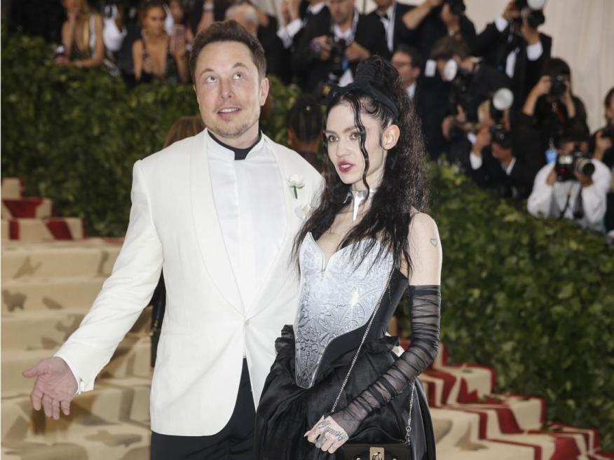 Elon Musk y la artista Grimes a la entrada dela Gala Met en 2018.