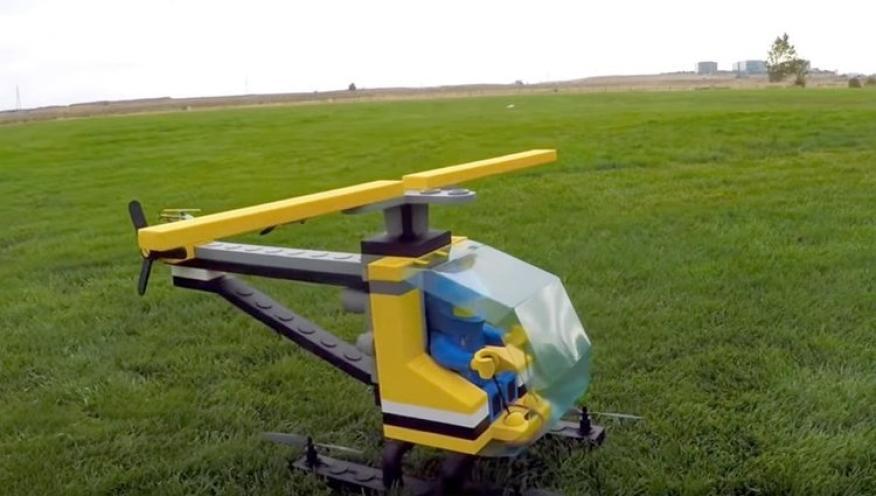 No es el primer diseño de piezas de Lego gigante hecho por Adam, también ha hecho un avión.