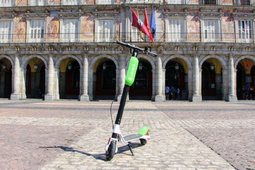 Patinete de Lime estacionado en la Plaza Mayor de Madrid.