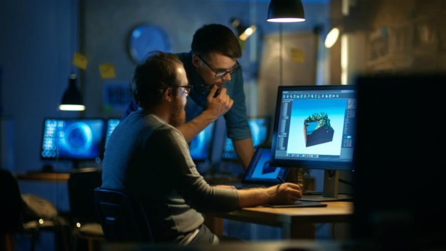 Dos trabajadores probando un nuevo software