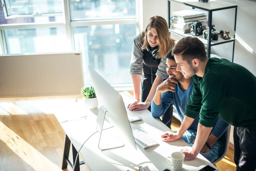 Un grupo de emprendedores analiza su proyecto de startup.