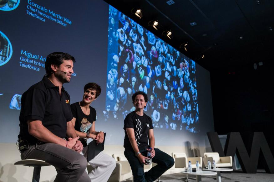 De izquierda a derecha, Gonzalo Martín-Villa, Chief Innovation Officer; Helena Díez-Fuentes, conductora del evento; y Miguel Arias, responsable de Wayra y Global Entrepreneurship Director