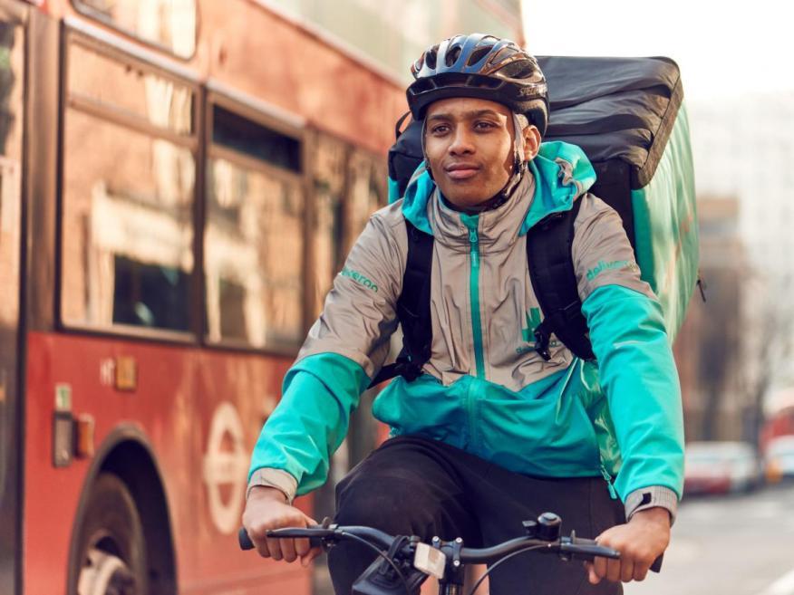 Mayo-Agosto de 2018: Deliveroo se enfoca en el bienestar de sus ciclistas, ofreciendo cobertura de accidentes, formación en primeros auxilios y seguros médicos completos