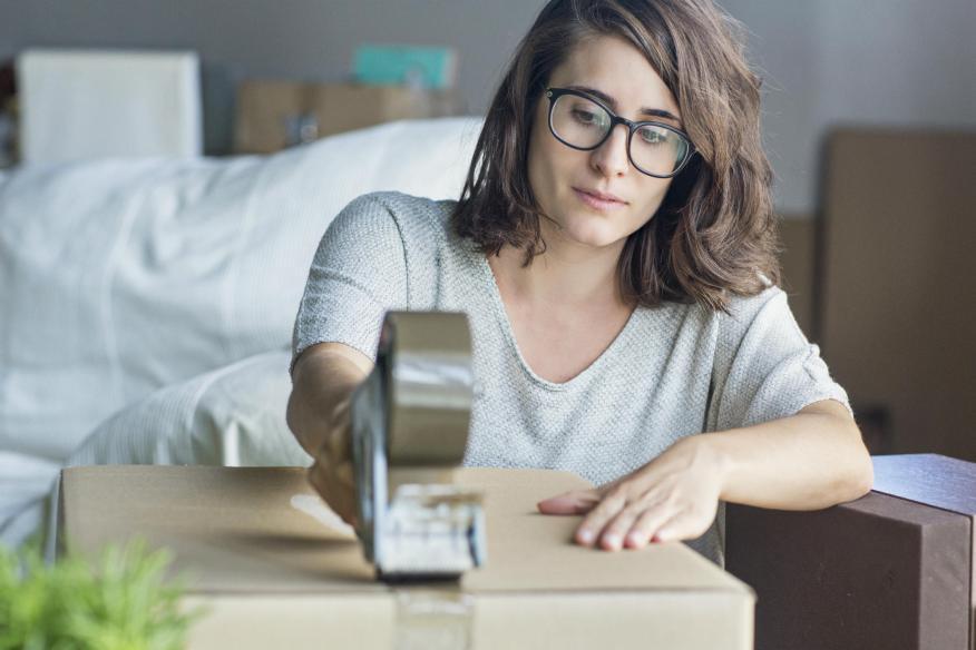 Una mujer prepara la mudanza tras comprar una vivienda nueva.